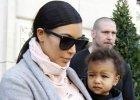 Nie, �eby nas to specjalnie zdziwi�o, ale podobno Kim zapomnia�a dziecka z hotelu. Teraz si� t�umaczy