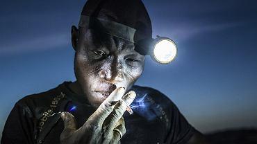 Arzuma Tinado zaciąga się papierosem tuż przed zejściem do kopalni. Przewodzi ośmioosobowej grupie górników. Wszyscy tu ufają w jego siłę i zdolność do podejmowania dobrych decyzji. Warunki pracy są ekstremalne: stały kontakt z toksycznymi chemikaliami i metalami ciężkimi