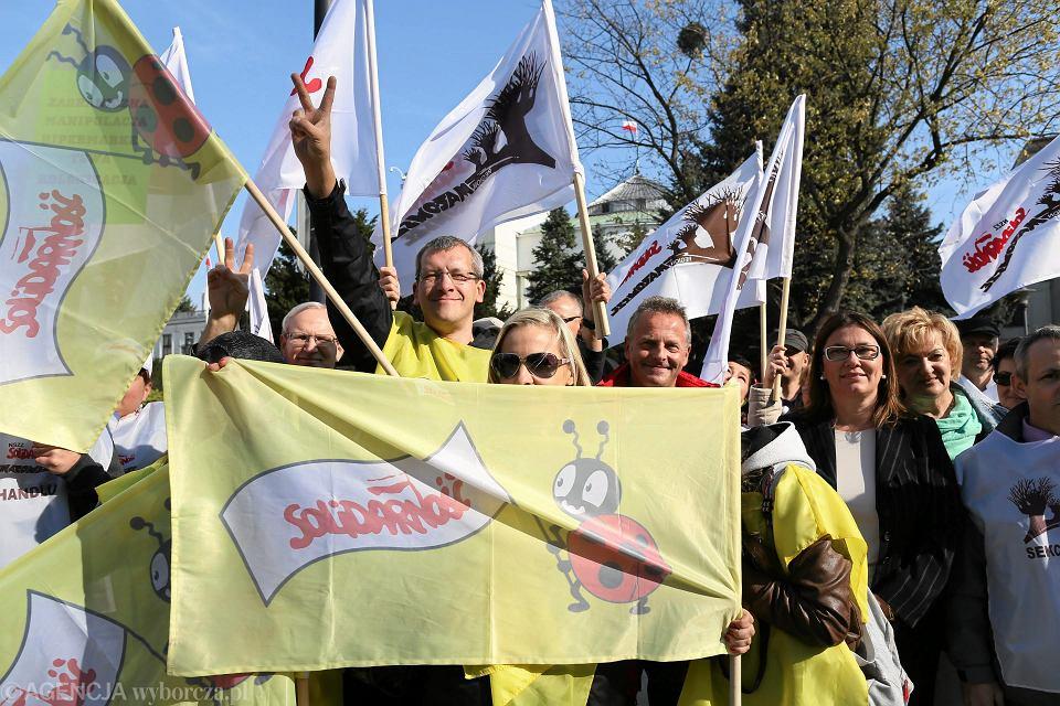 Pracownicy sieci Biedronka od lat protestują przeciwko warunkom pracy i płacom w sklepach. Na zdjęciu: pikieta pod Sejmem, 7 października 2014 r.