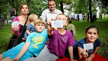 Katarzyna i Maciej Zoń z dziećmi podczas prezentacji Karty Dużej Rodziny na Śniadaniu na trawie