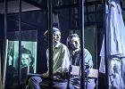 """Pogrom kielecki w teatrze: w """"1946"""" Remigiusz Brzyk bez znieczulenia przypomina historię zbrodni [RECENZJA]"""