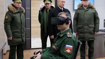 Prezydent Władimir Putin wizytuje Akademię Wojskową pod Moskwą. Towarzyszą mu minister obrony Siergiej Szojgu (drugi z lewej) oraz dowódca oddziałów strategicznych, gen. Siergiej Karakajew (pierwszy z prawej). 22 grudnia 2017 r.