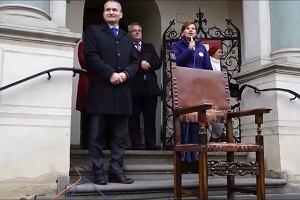 """Elita czyta dzieciom na Starym Rynku. Jędrzej Solarski z """"Szóstą klepką"""" Musierowicz"""