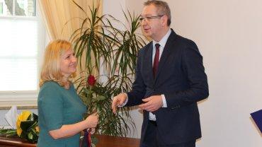 Iwona Chrobak-Farquharson odbiera nominację na Prokuratora Okręgowe w Szczecinie z rąk Roberta Hernanda, zastępcy Prokuratora Generalnego
