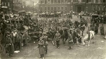 Sierpień 1914 r. niemieccy żołnierze przed pałacem biskupim w Liege. Po zajęciu Luksemburga 2 sierpnia atak na to miasto był pierwszą bitwą na terenie neutralnej Belgii. Armia belgijska w dobrze ufortyfikowanym Liege stawiła opór, ale gdy niemiecka artyleria zniszczyła główne punkty obrony, wycofała się w kierunku Antwerpii i Namur.