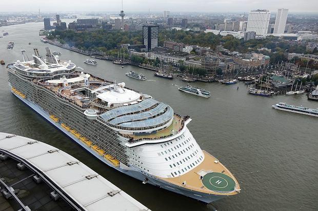 Największe wycieczkowce świata. Są jak pływające miasta - niektóre mają 16 pokładów, piaszczyste plaże i park