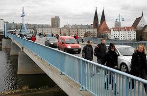http://bi.gazeta.pl/im/2b/13/c6/z12981035M,Most-graniczny-miedzy-Slubicami-a-Frankfurtem.jpg