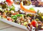 Sa�atka z br�zowego ry�u, warzyw i mi�snych klopsik�w