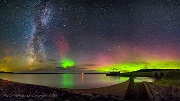 Droga mleczna i zorza polarna, jezioro Loch More, Caithness, Szkocja