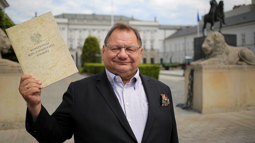 Ryszard Kalisz z Konstytucją przed Pałacem Prezydenckim