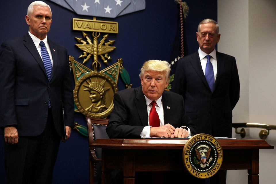 Donald Trump obiecał w kampanii, że będzie prezydentem czynu. Obietnicę spełnia od pierwszego dnia urzędowania, codziennie podpisując prezydenckie dekrety w kluczowych dla siebie obszarach polityki