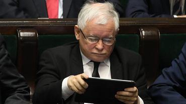 Prezes PiS Jarosław Kaczyński obsługuje tablet podczas bloku głosowań. Warszawa, Sejm, 21 marca 2017