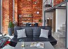 Loft z czerwoną cegłą na ścianach - industrialna aranżacja wnętrza