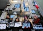 Jedna z manifestacji solidarno�ci. Ludzie trzymaj� plakietki ''Je Suis Charlie''