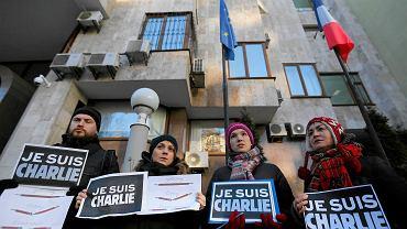 Jedna z manifestacji solidarności. Ludzie trzymają plakietki ''Je Suis Charlie''