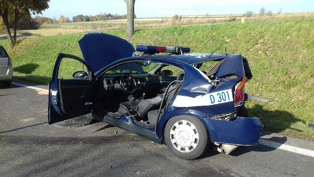 32-letnia policjantka zabezpieczała kolizję. I wtedy w jej radiowóz z impetem wjechało renault