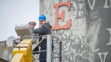 Trójwymiarowe litery z nazwiska Rejewskiego były montowane dziś (24.10) od południa. Mural na ścianie przy Gdańskiej 10 autorstwa Juliana Nowickiego jest już gotowy.  Projekt został wyłoniony w ramach konkursu ogłoszonego przez ratusz. Wzięło w nim udział 15 pracowni z całej Polski, które łącznie przedstawiły 28 projektów.