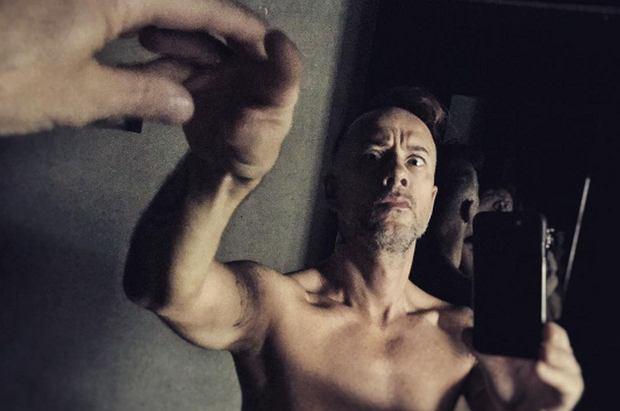 """Nergal całkiem nagi pozuje przed lustrem. Na zdjęciu pokazał PENISA! Tak wygląda """"Stworzenie Adama"""""""