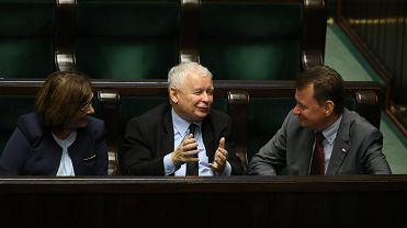 Jarosław Kaczyński i przyboczni: Beata Mazurek i Mariusz Błaszczak