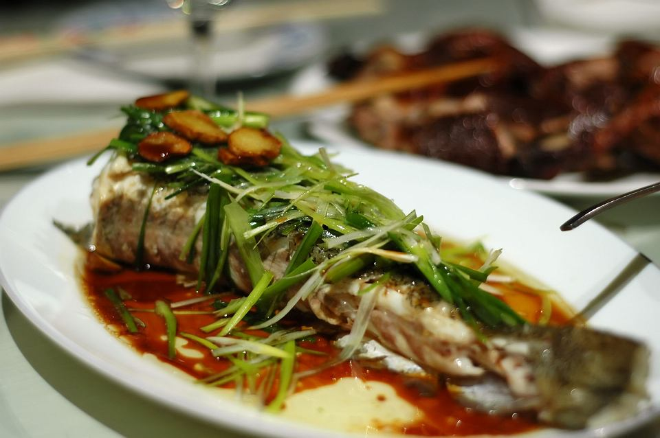 Ryba gotowana na parze w pełnej krasie