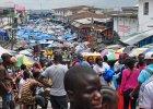 Jeden z lokalnych bazarów w Liberii, na którym ludzie robią zakupy, nie zważając na zagrożenie wirusem