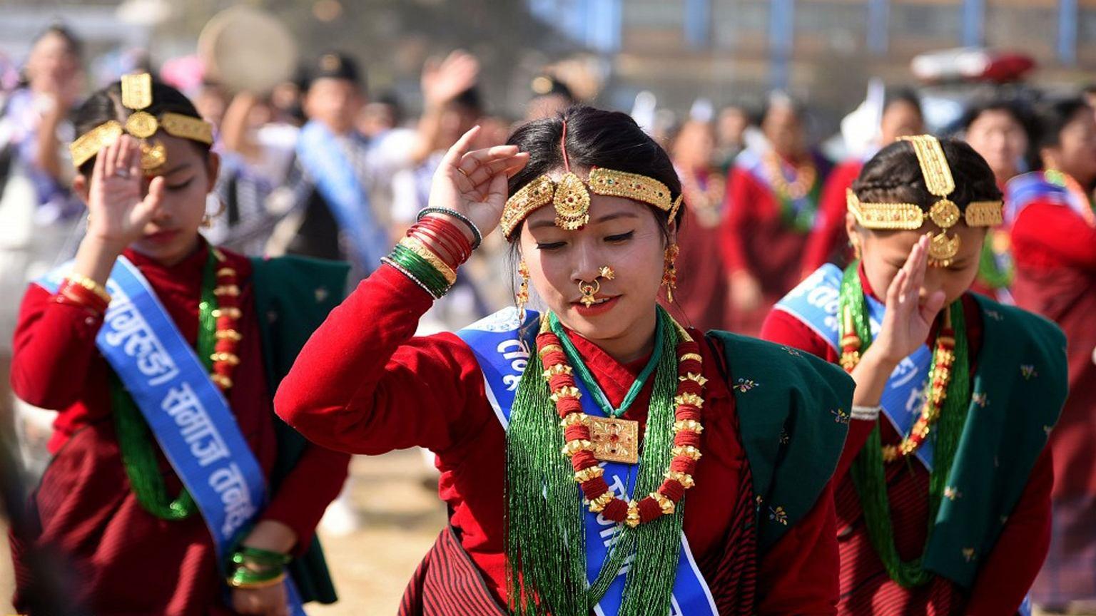 Kobiety w tradycyjnych strojach podczas festiwalu Tamu Loshar w Katmandu