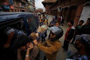 Nepal: Setki ofiar pot�nego trz�sienia ziemi o magnitudzie 7,9. S� bardzo du�e zniszczenia