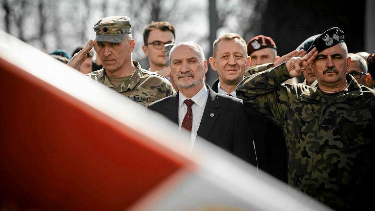 Minister obrony w rządzie PiS Antoni Macierewicz na pikniku NATO. Piotrków Trybunalski, 15 marca 2017