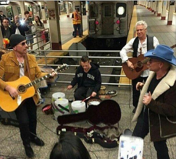4 maja na przechodniów nowojorskiej Grand Central Subway Station czekała ogromna niespodzianka! Wystarczyło przyjrzećsię zespołowi zbierającemu pieniądze w przejściu żeby zobaczyć, że to nie kto inna a.... U2!