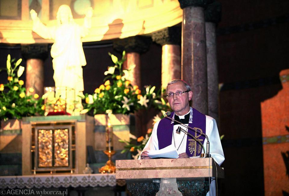 Bp Piotr Libera przewodniczy liturgii pokutnej za grzechy pedofilii popełnione przez duchownych.
