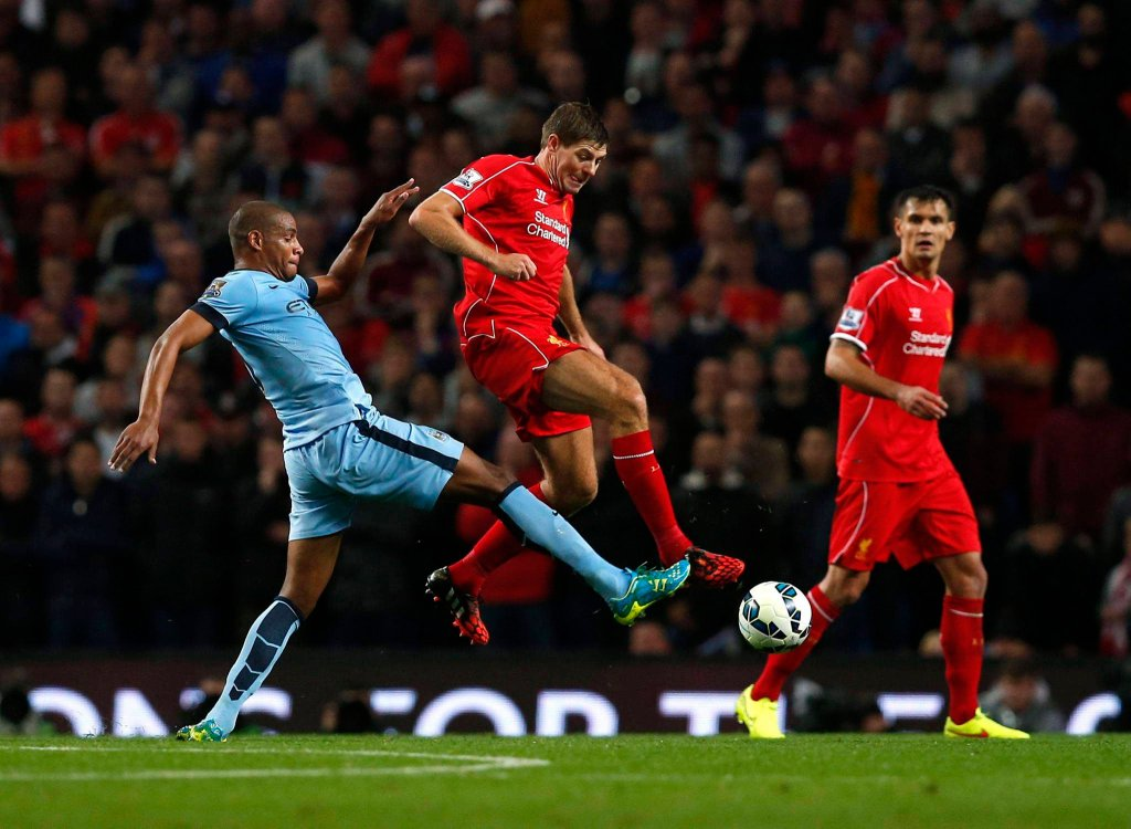 Steven Gerrard (w środku)