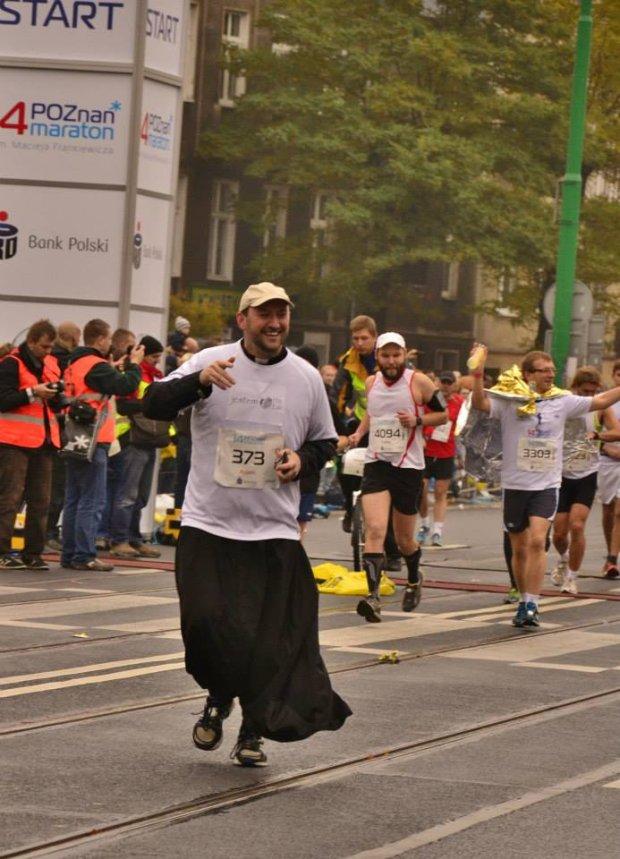 Ksiądz Adam Pawłowski na trasie 14. Poznań Maratonu