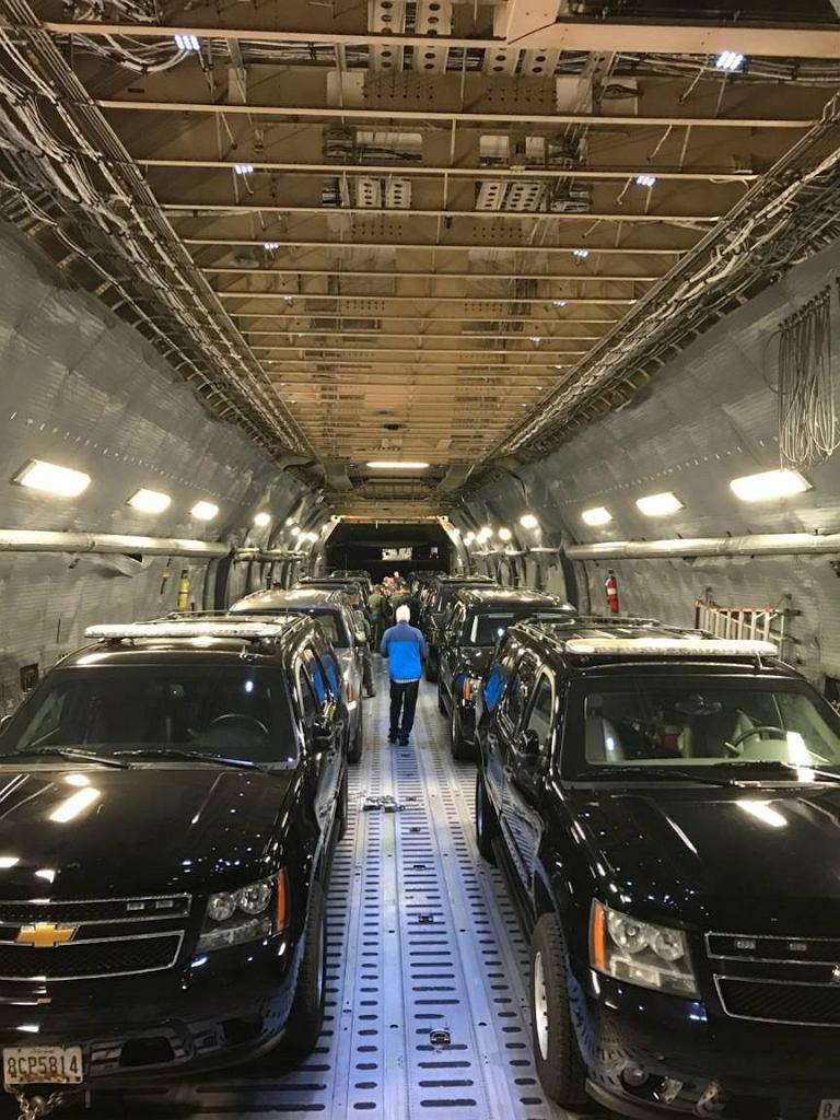 Samochody prezydenckiej kolumny podczas podróży Donalda Trumpa do Azji