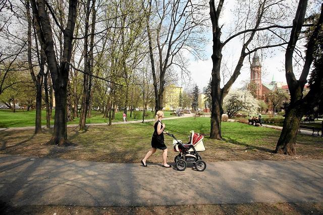 Sejm uchwalił ustawę wprowadzającą roczny urlop po urodzeniu dziecka