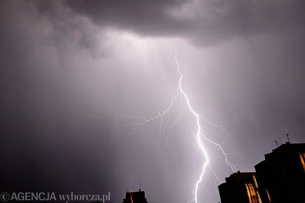 Wichury, deszcz i gwałtowne burze w całej Polsce. Jesienny początek tygodnia  [WIDEO]