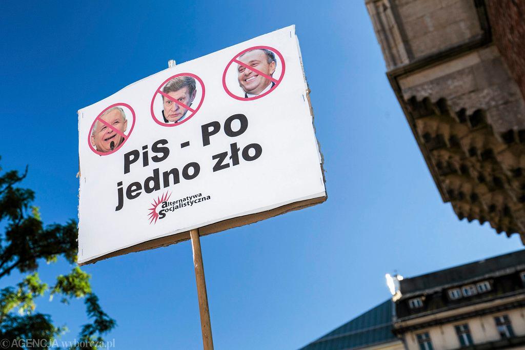 Kraków, Rynek Główny. Manifestacja 'Solidarność naszą bronią' zorganizowana przez środowiska lewicowe i KOD, lipiec 2017