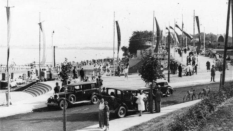 Plaża, łazienki oraz amfiteatr w Gdyni. Zdjęcie z 1938 roku