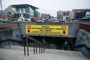 Tunel strachu w centrum Gdańska. Smród, fekalia, obrysy ciał