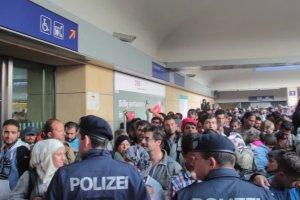 Uchodźcy na wiedeńskim dworcu Westbahnhof