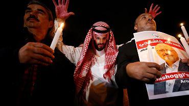 Demonstranci przed saudyjskim konsulatem w Stambule. Jeden z nich przebrany za księcia Muhammada ibn Salmana, 25 października 2018 r.
