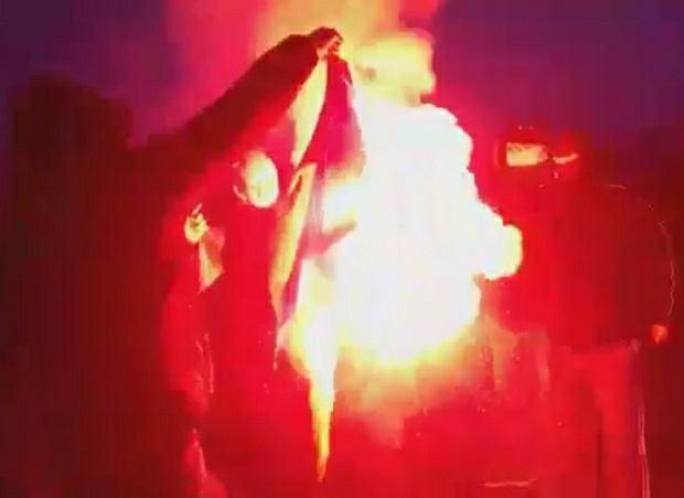 Na Marszu Niepodległości spalono ukraińską flagę. Ambasada żąda wyjaśnień od polskich władz