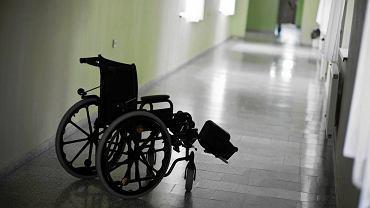 Stwardnienie rozsiane wywołuje coraz większe kłopoty z poruszaniem się, ludzie ostatecznie lądują na wózkach, nie są w stanie samodzielnie funkcjonować.