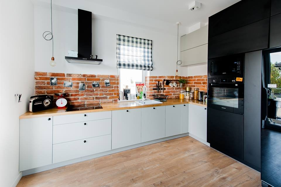 W kuchni zrezygnowano z górnych szafek, dzięki czemu aneks płynnie łączy się z pozostała częścią pomieszczenia.