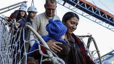 Rodzina Gastonguay schodzi na ląd w San Antonio, Chile
