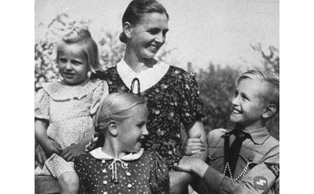 Propagandowa nazistowska fotografia przedstawia matkę i jej dzieci, w tym syna w uniformie Hitlerjugend. Ukazała się w 1943 r. w periodyku
