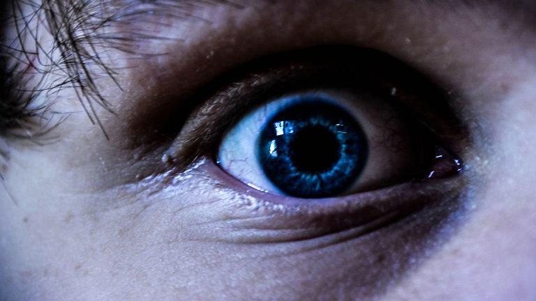 Hiperekpleksja, czyli nadmierna reakcja na zagrożenie, bywa niebezpieczna dla życia. Nadmiernie przestraszony chory pada na ziemię jak kłoda. Może nie tylko rozbić sobie głowę