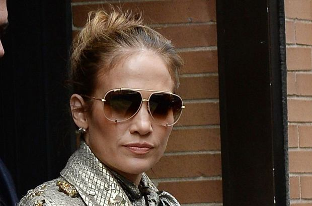 """Jennifer Lopez kocha blask i piękne ubrania. Czy """"po pracy"""" zamienia je na bardziej zwyczajne ubrania? Nie. J.Lo ZAWSZE jest w pracy."""