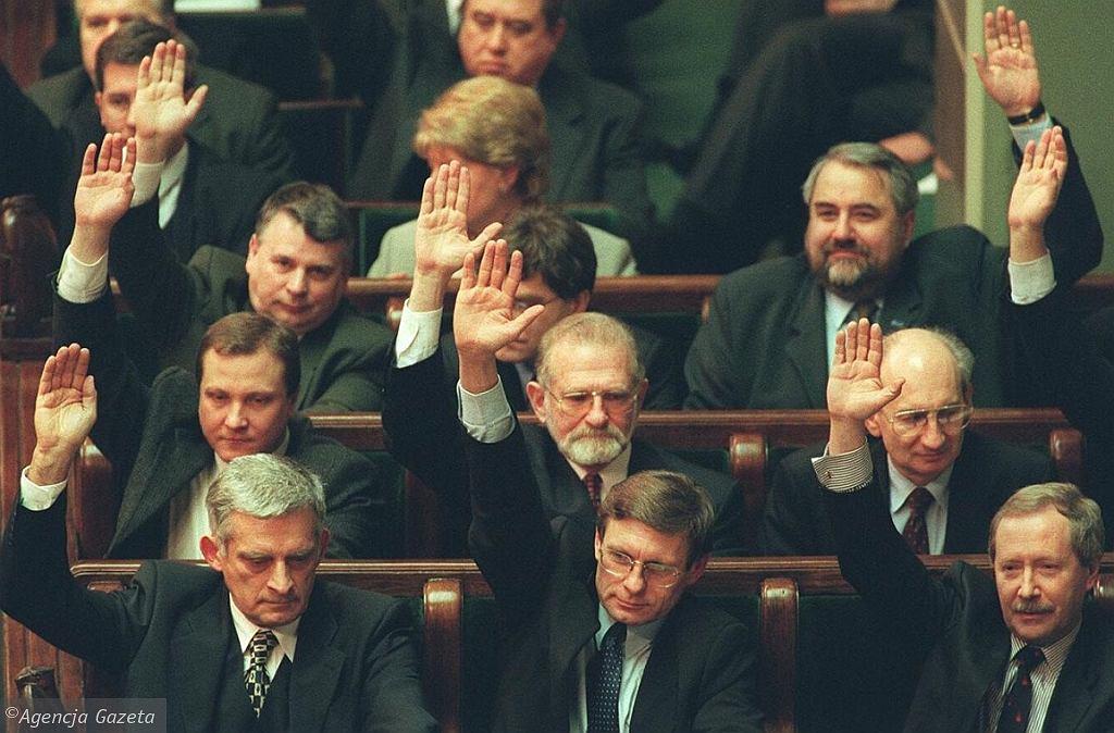Sejm głosuje nad ratyfikacją przystąpienia Polski do NATO. W środku Bronisław Geremek (fot. Maciej Zienkiewicz/AG)