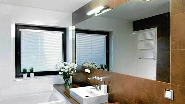 Łazienka z oknem również powinna być dobrze oświetlona sztucznym światłem - korzystamy z niej przecież także po zapadnięciu zmroku.