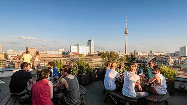 Widok na Berlin (w środku wieża telewizyjna) z kawiarnianego ogródka na dachu
